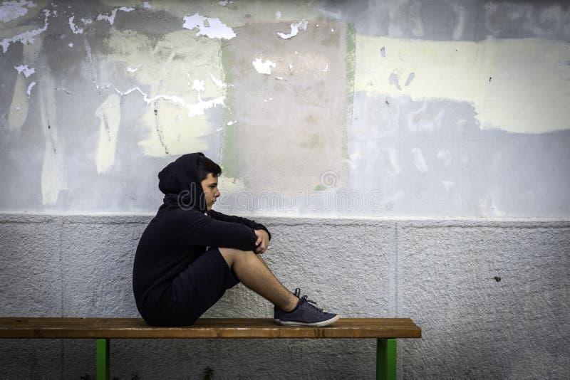 单独小男孩哀伤的开会在学校 库存图片