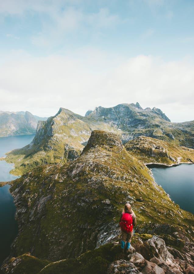 单独旅客有远足在山土坎的背包的 免版税库存图片