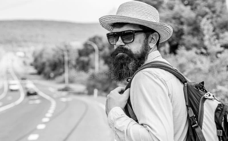 单独旅行 搭车意味被获取的运输要求陌生人在他们的汽车的乘驾 单独旅行者的旅行 免版税库存照片
