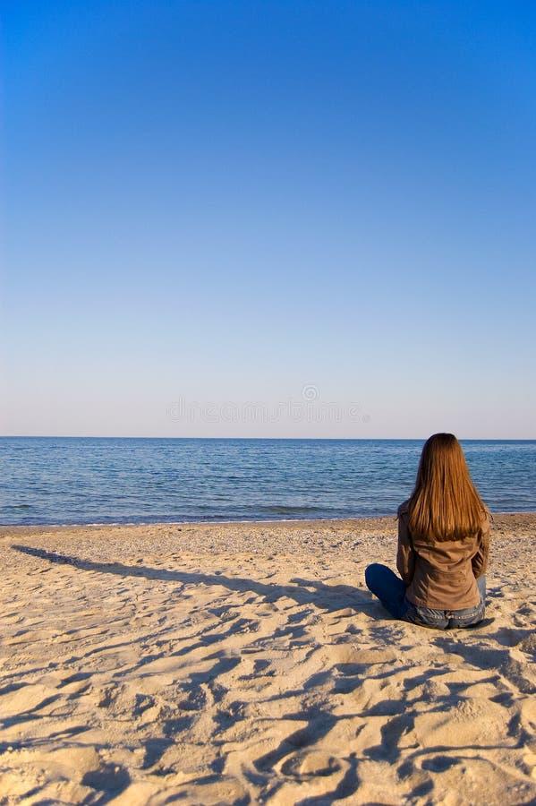 单独海边妇女年轻人 免版税库存图片