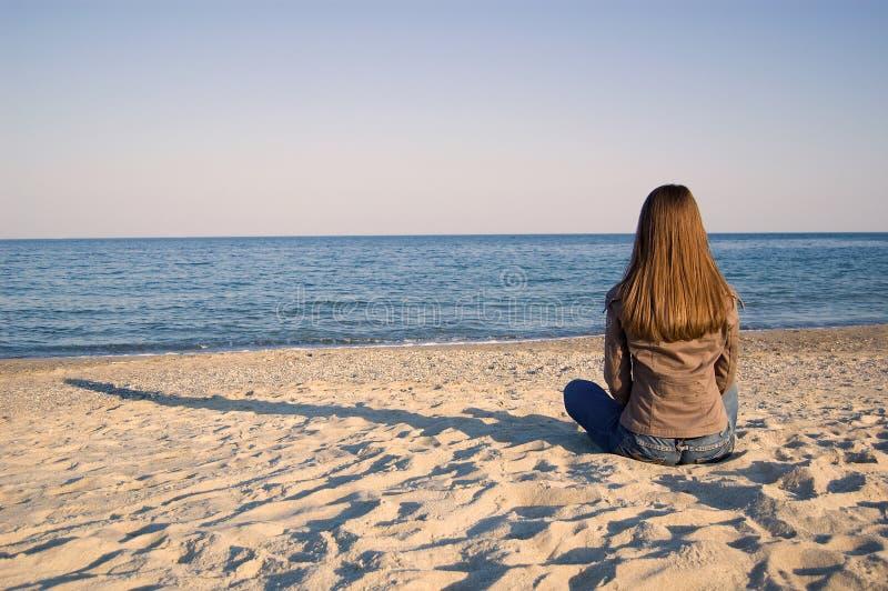 单独海边妇女年轻人 库存图片