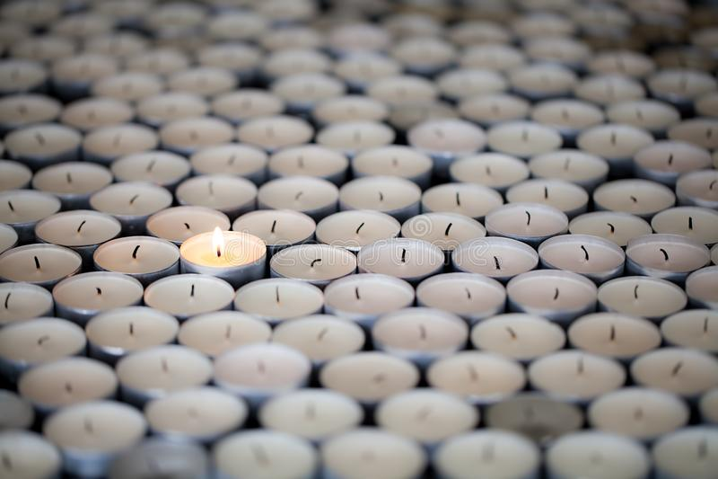 单独突出 唯一韧性火焰继续燃烧在人中 免版税库存照片
