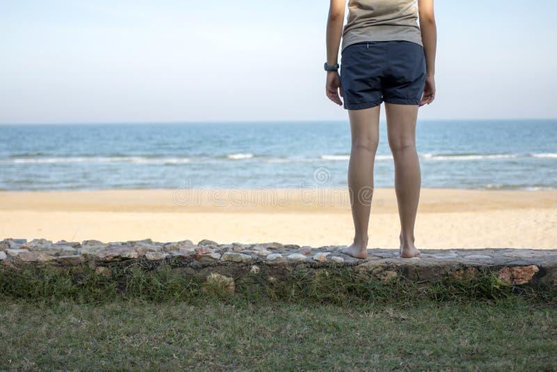 单独站立在海的少妇 库存照片