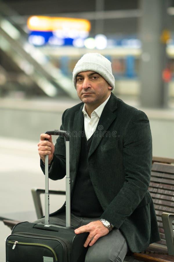 单独等他的被延迟的火车的旅客 图库摄影