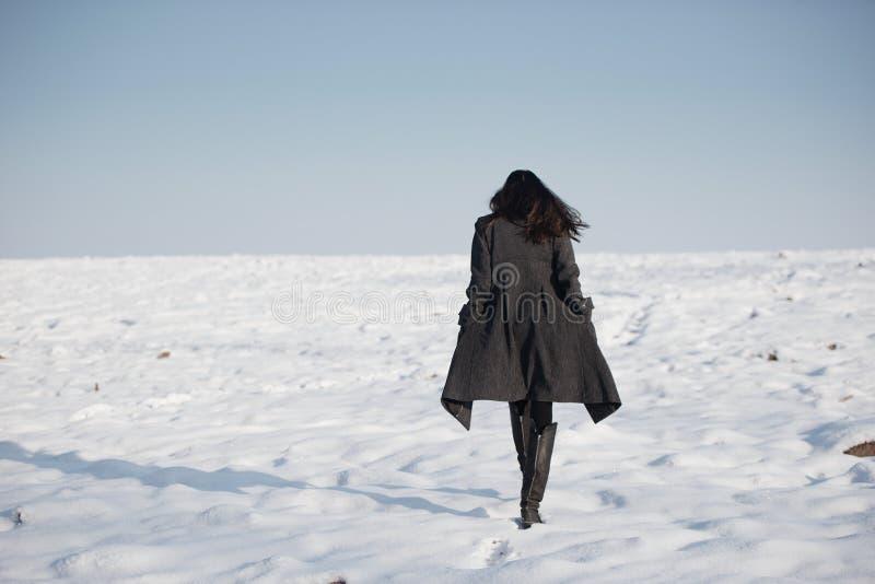 单独美丽的女孩冬天领域的 免版税库存图片