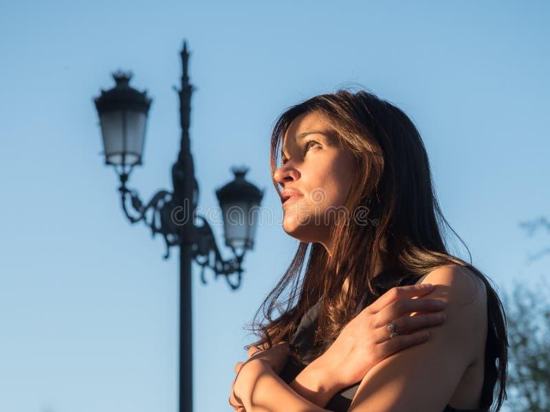 单独美丽的女孩反对蓝天 库存照片