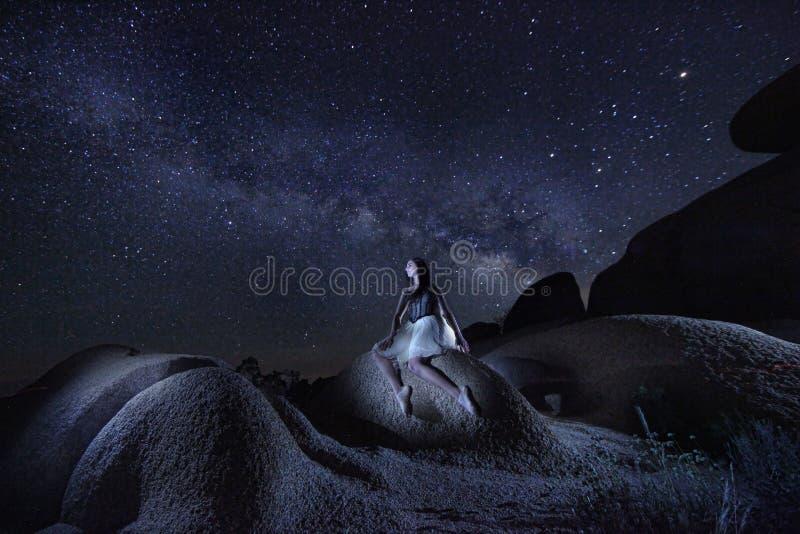 单独舞蹈家在银河下在约书亚树国家公园U 库存照片