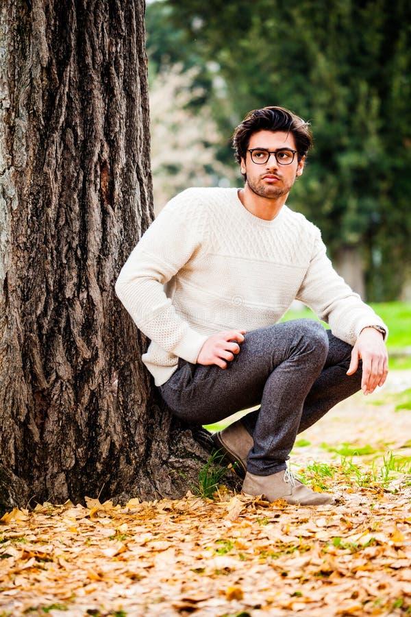 单独英俊的年轻人本质上在户外树附近的 库存图片