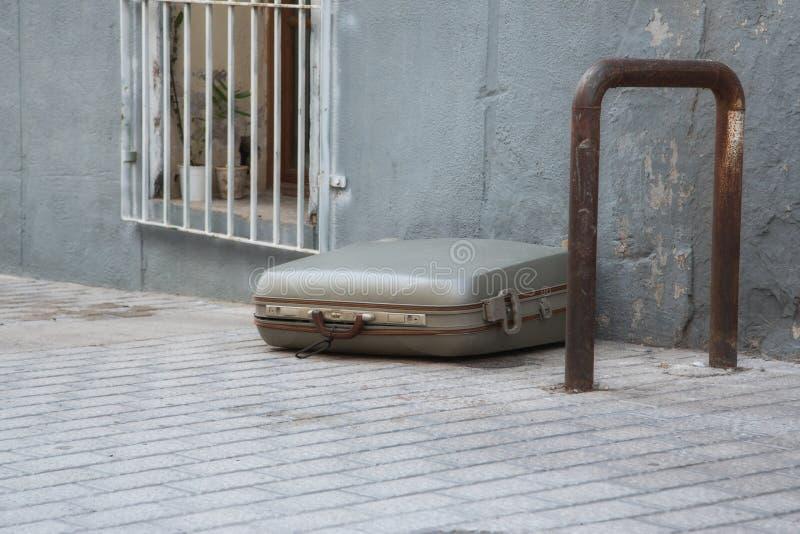 单独说谎的手提箱 图库摄影