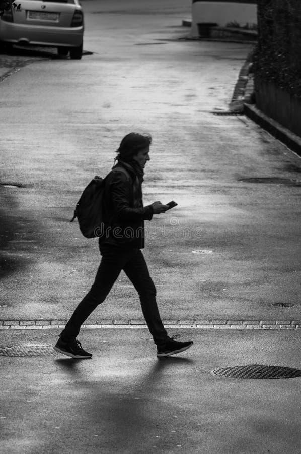 单独wallking在街道上的人 库存照片