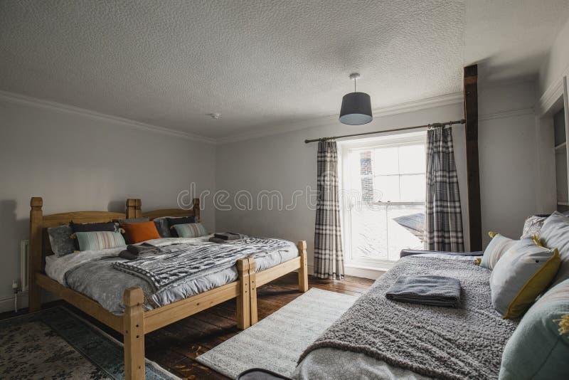 单纯化的舒适卧室 免版税库存图片