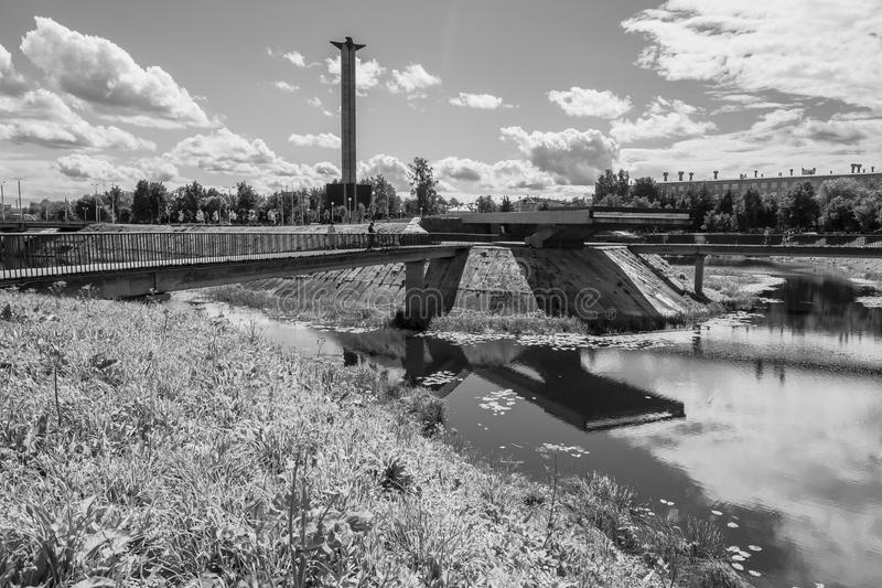 单色图象 在Tmaka河堤防的战争纪念建筑在市特维尔,俄罗斯 库存图片