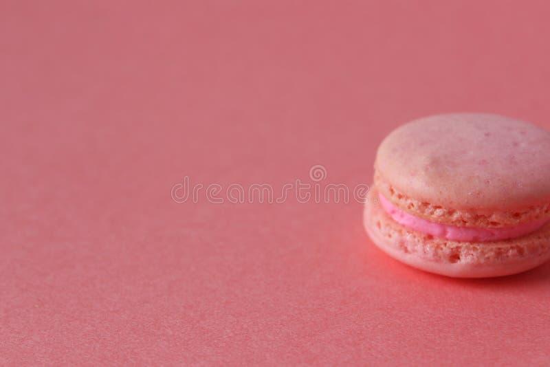 单色桃红色蛋白杏仁饼干 免版税库存照片