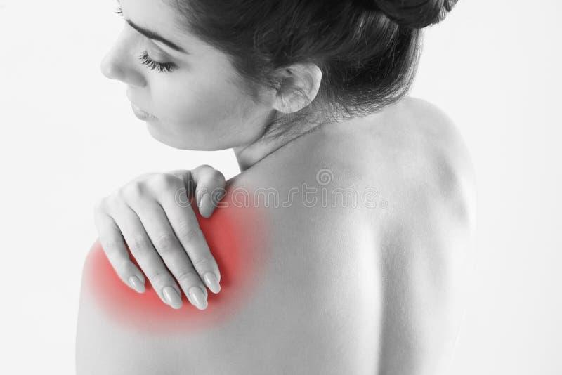 单色演播室被射击有痛苦的肩膀的妇女 免版税图库摄影