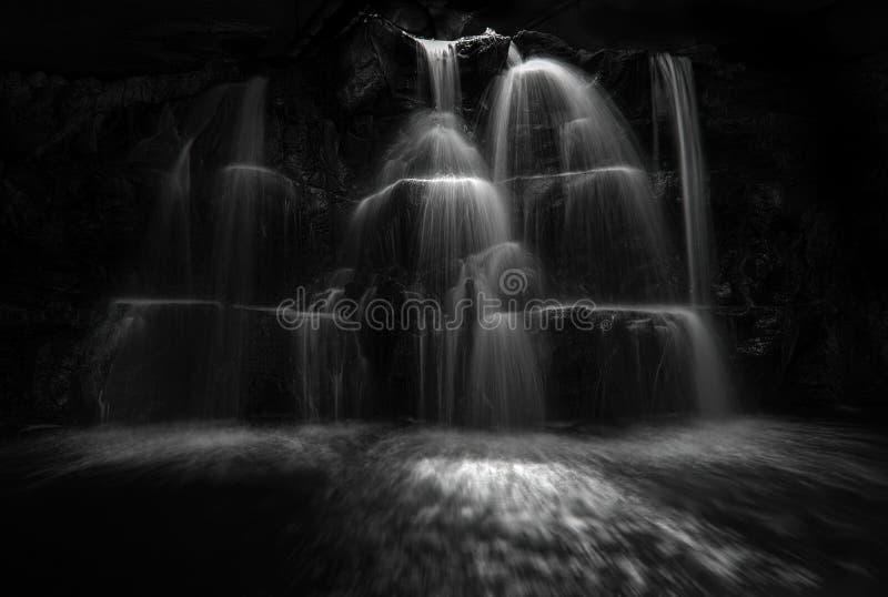 单色瀑布小瀑布阿加迪尔摩洛哥 免版税库存照片