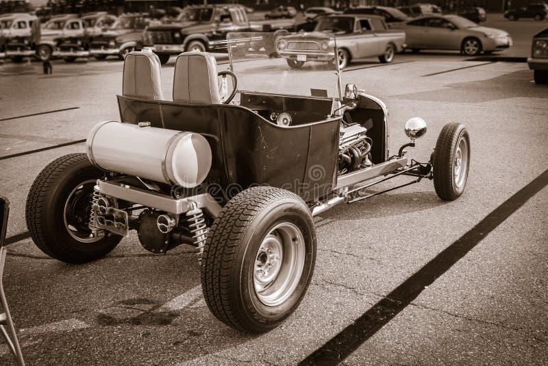 单色老经典旧车改装的高速马力汽车经典减速火箭的汽车看法  免版税库存照片