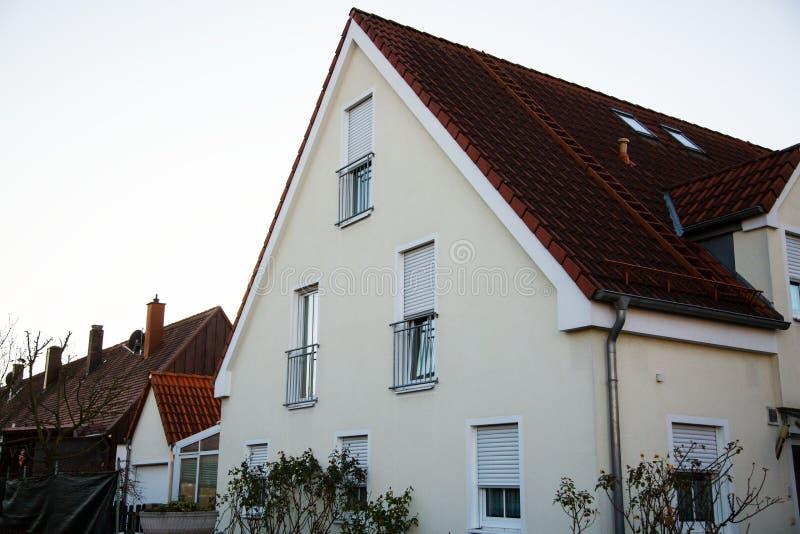 单身家庭的房子在慕尼黑,蓝天,白色门面 免版税库存图片