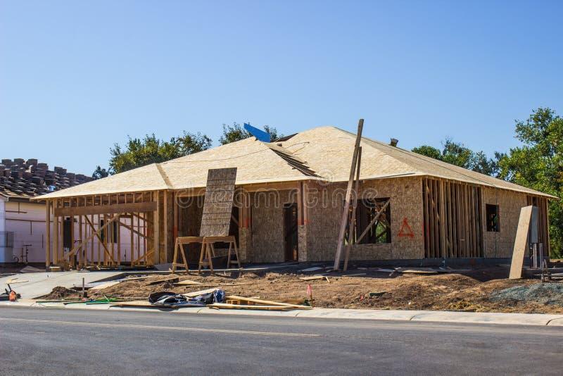 单身家庭的议院的新建工程 免版税库存照片