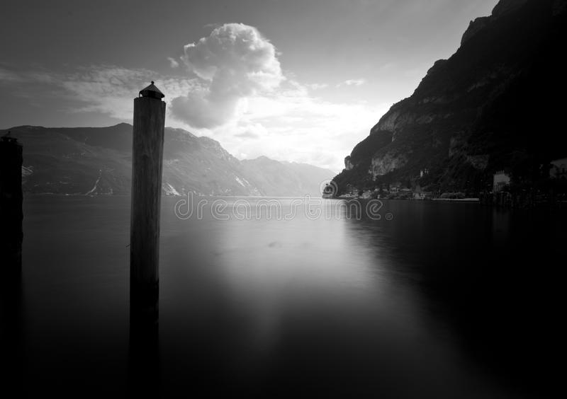 单音的加尔达湖 图库摄影