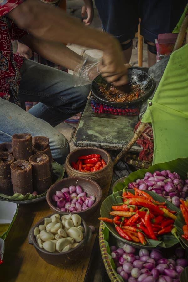 卖主使专辑sambal为传统油豆腐 免版税图库摄影