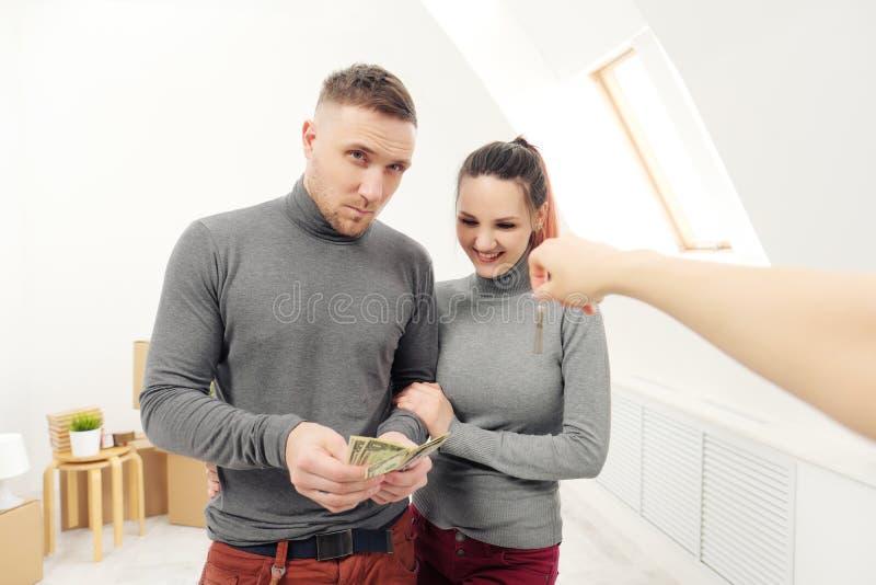 卖主给顾客钥匙新的公寓 免版税库存照片