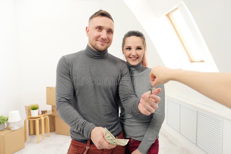 卖主给顾客钥匙新的公寓 库存图片