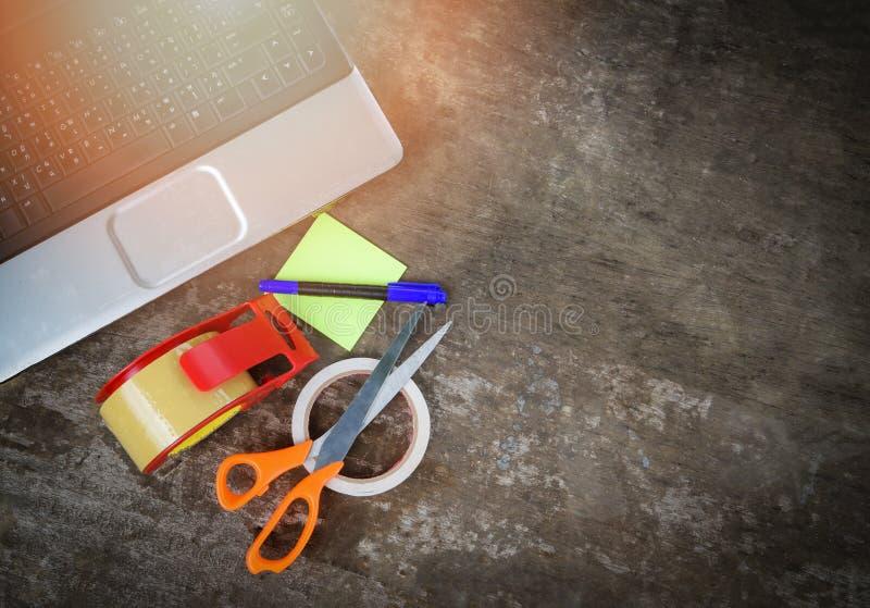 卖事网上电子商务交付在网上购物和命令为包裹小包箱子运输的运输的膝上型计算机设备工具 图库摄影
