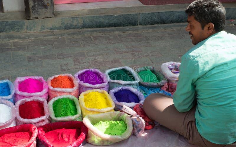 卖五颜六色的rangoli粉末的街边小贩在加德满都,尼泊尔准备好屠妖节灯节 免版税库存照片
