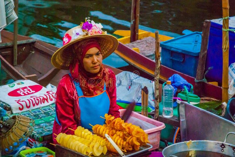 卖从小船的夫人食物,泰国 免版税库存照片