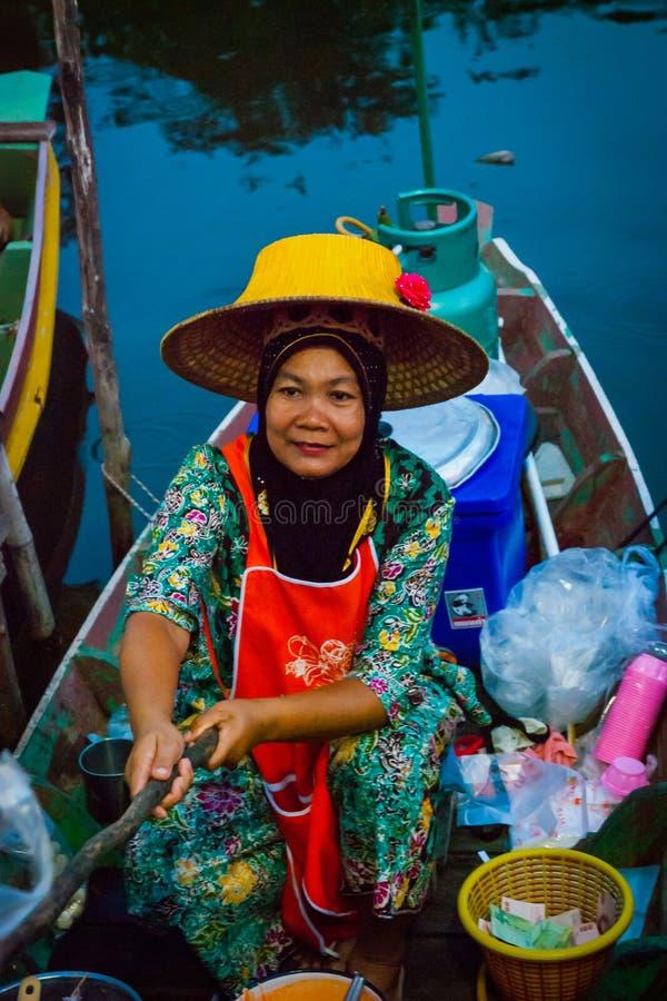 卖从小船的夫人食物,泰国 库存照片