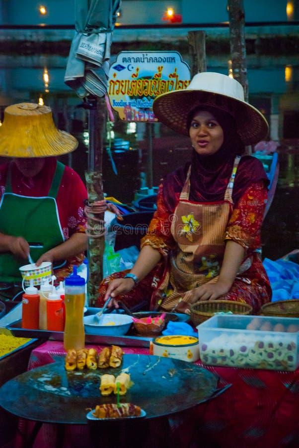 卖从小船的夫人食物,泰国 图库摄影