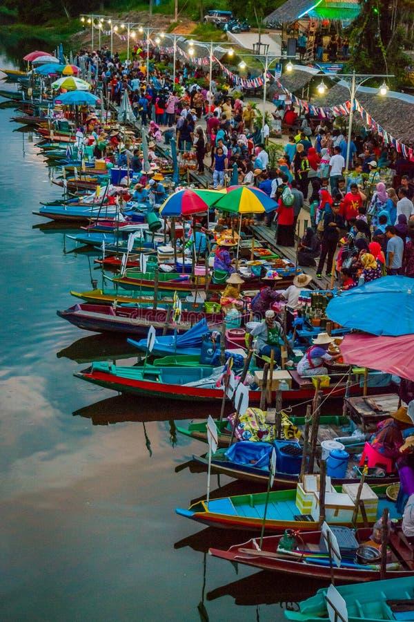 卖从小船的夫人食物,泰国 免版税库存图片