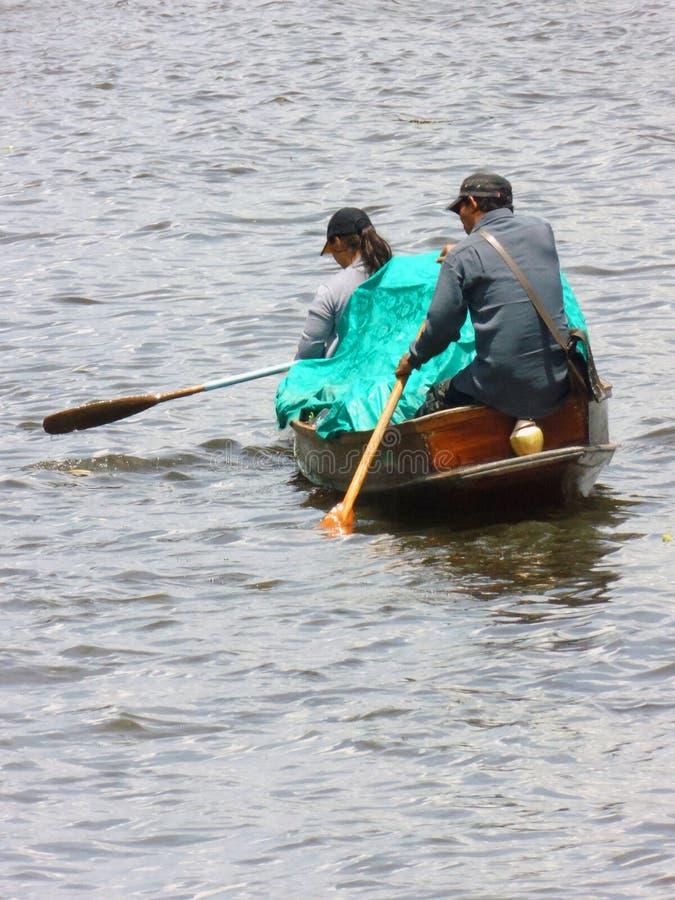 卖从小船的食物传统泰国方式在河 免版税库存图片
