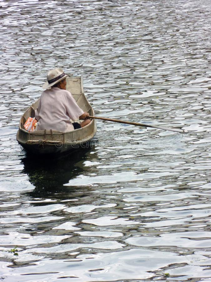 卖从小船的食物传统泰国方式在河 库存照片