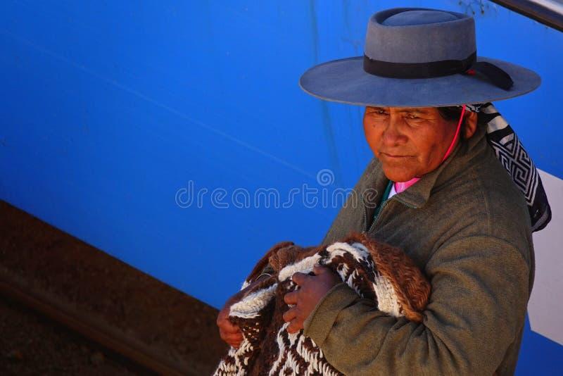 卖典型的衣裳的地方妇女 免版税库存照片