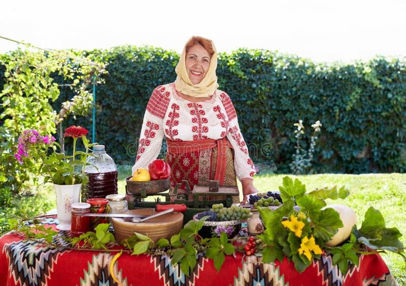 卖农产品的罗马尼亚农民妇女 免版税库存图片