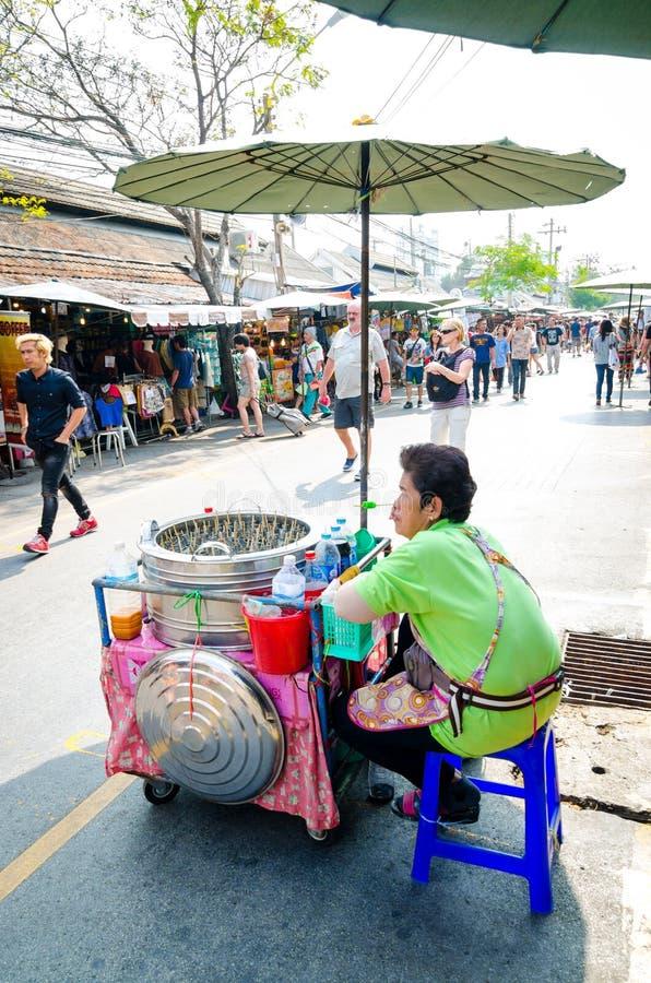 卖冰淇凌的市场妇女。 图库摄影