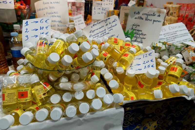 卖圆筒芯的灯油的立场在Gijon市场2018年 库存图片