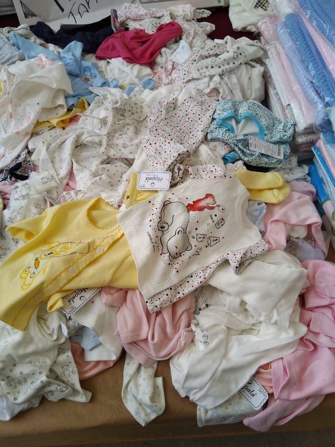 卖在土耳其baazar的儿童衣裳在伊斯坦布尔 免版税库存照片