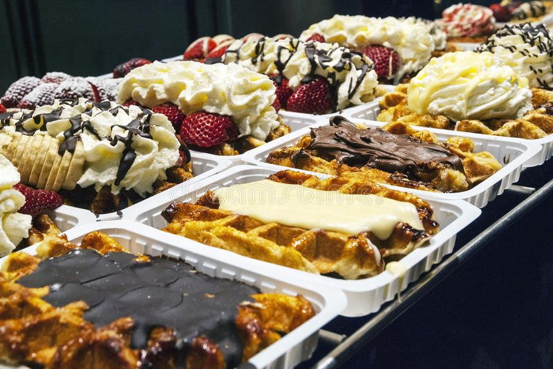 卖在壁角面包店的传统比利时华夫饼干 免版税库存照片