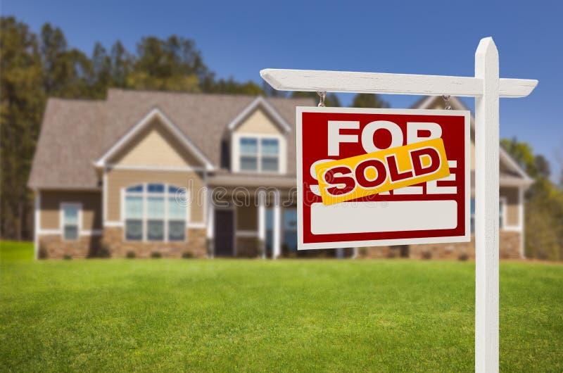 卖在家为在新房前面的销售标志 免版税库存照片