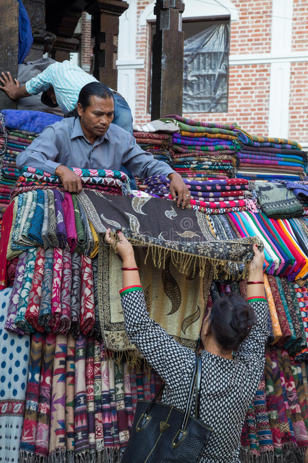 卖在市场上的围巾在加德满都,尼泊尔 免版税库存图片