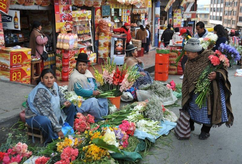 卖在拉巴斯街道上的妇女  图库摄影