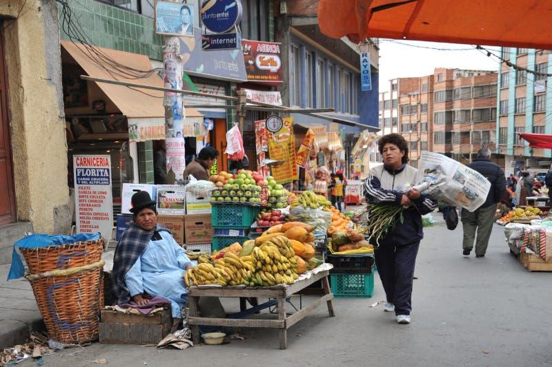 卖在拉巴斯街道上的妇女  免版税库存照片