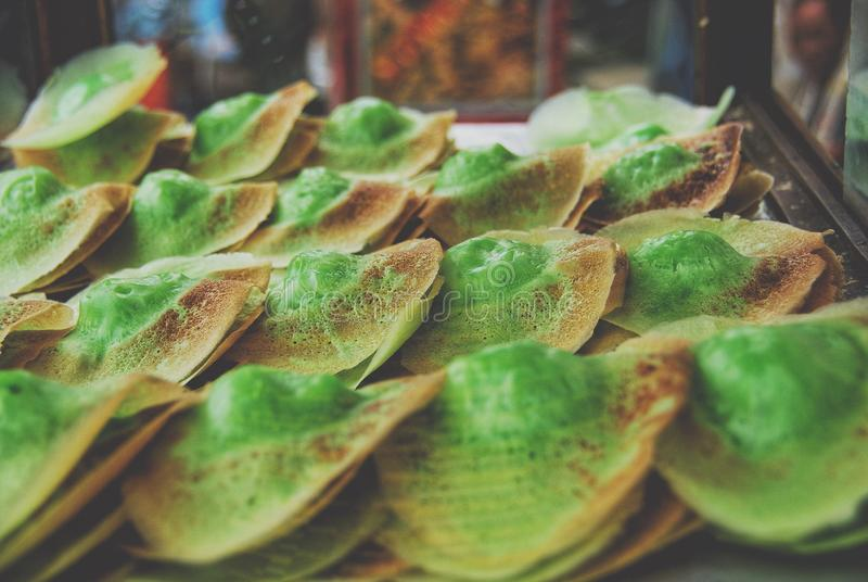 卖在雅加达街道上的传统印度尼西亚快餐或kueh  库存照片