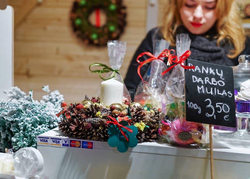 卖在维尔纽斯圣诞节市场上的妇女手工制造肥皂在Lithu 库存图片