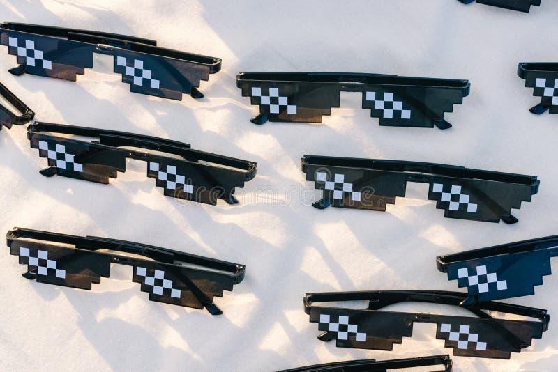 卖在canva的市场上的小组滑稽的太阳镜片 免版税库存图片