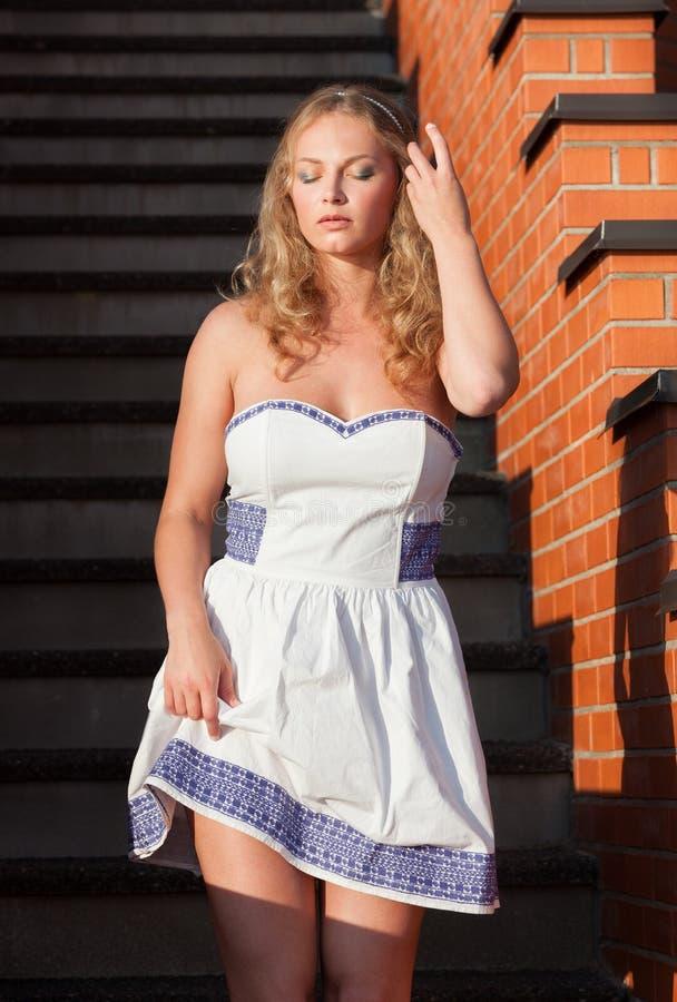 卖弄风情的年轻美丽的妇女 免版税库存照片