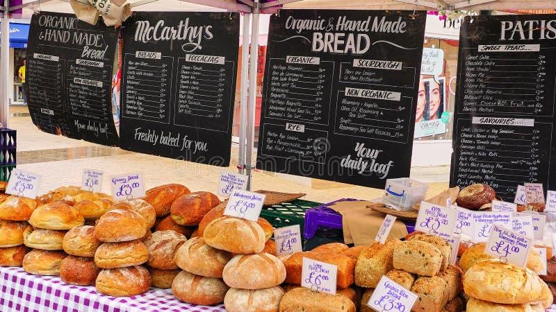 卖手工制造有机面包的市场摊位 图库摄影