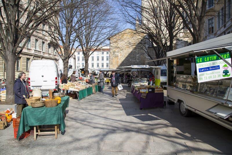 卖新鲜的水果和蔬菜在街道上的地方法国街道小贩 免版税库存照片